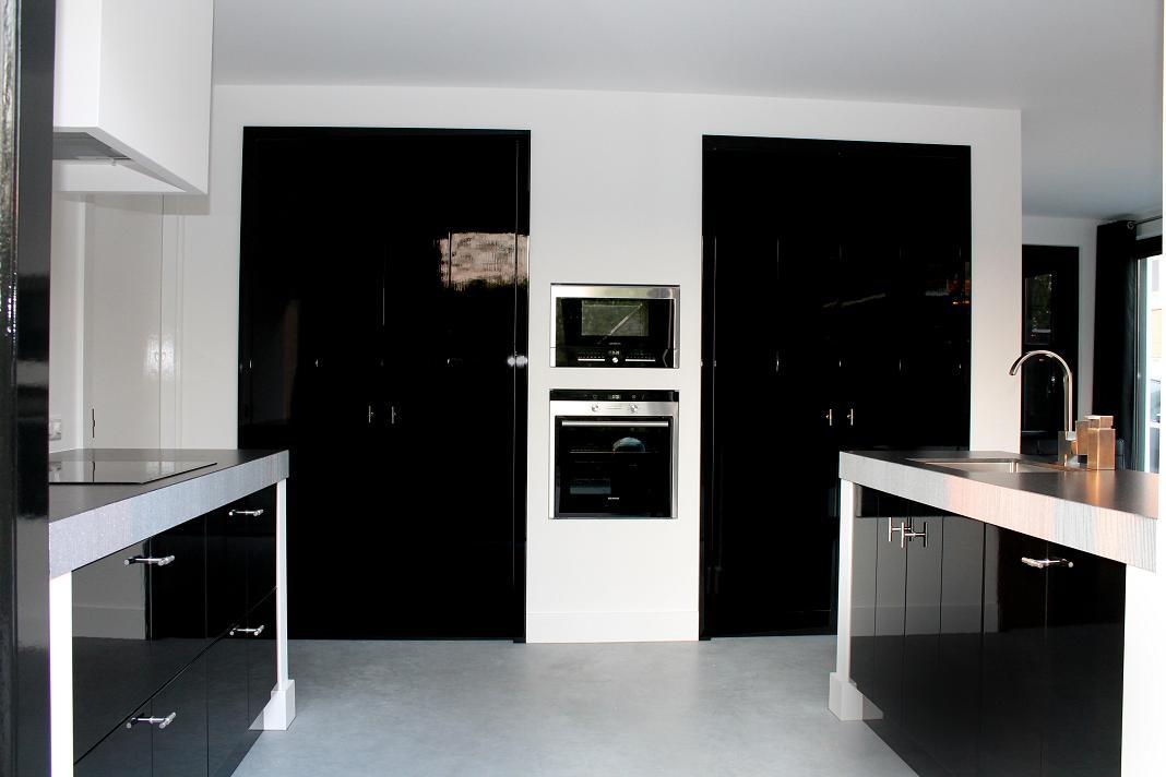 Keuken witte keuken met zwart werkblad maatkeuken met handgeschilderde hoogglans zwarte fronten het werkblad ...